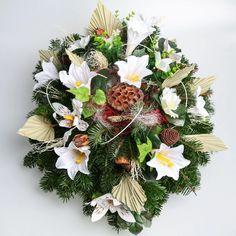 Aranžmán, ktorý má živý čečinový základ, umelé kvety a sušiny. Základný priemer je 50cm Floral Wreath, Wreaths, Decor, Floral Crown, Decoration, Door Wreaths, Deco Mesh Wreaths, Decorating, Floral Arrangements