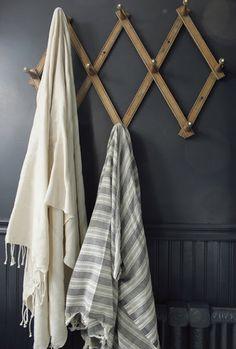 36 Ideas bathroom design vintage towel hooks for 2019 Decoration Inspiration, Room Inspiration, Old Towels, Turkish Bath Towels, Tadelakt, Textiles, Blue Wood, Bathroom Towels, Attic Bathroom