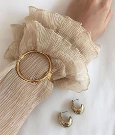 6 Spring Summer Fashion Trends to add to your wardrobe - Me Through Ur Eyes minimal bracelet<br> 6 Spring Summer Fashion Trends to add to your wardrobe. You'll find some great trend and classic pieces; injection some colour and print into your wardrobe. Bling Bling, Gold Jewelry, Jewelry Accessories, Fashion Accessories, Jewellery, Gold Bracelets, Gold Earrings, Amber Jewelry, Fine Jewelry