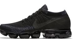 Anyone knows if NikeID vapormax black looks exactly like NikeLab Vapormax triple black ? Black Nike Sneakers, Air Max Sneakers, Sneakers Fashion, Fashion Shoes, Women's Fashion, Womens Nike Trainers, Sneaker Plug, Nike Vapormax Flyknit, Gym Outfit Men