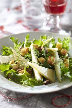 Tässä salaatissa yhdistyvät makeat päärynät ja vahva mustaleimainen emmental. Salaatti sopii erityisesti pikkujouluihin tai joulupöytään. Voit käyttää salaatissa myös valmiita krutonkeja. Ketogenic Recipes, Diet Recipes, Vegan Recipes, Keto Results, Keto Dinner, Feta, Salad Recipes, Potato Salad, Cabbage