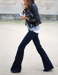 leather jacket and flared jeans! I can't seem to find flare jeans anywhere and I love them! Looks Street Style, Looks Style, Style Me, Style Blog, Look Jean, Look Fashion, Womens Fashion, Fall Fashion, Fashion Models