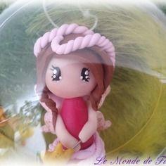 Boule de noël transparente-figurine fimo et plume