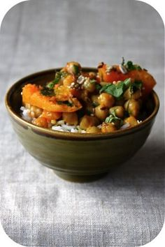 Curry de courge aux pois chiches | Ligne & Papilles Healthy Gourmet, Fast Healthy Meals, Gourmet Recipes, Vegetarian Recipes, Healthy Recipes, No Salt Recipes, Vegetable Recipes, Easy Diner, Thing 1