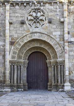 Church of San Juan de Puerta Nueva, Zamora, Castile and Leon, Spain. Fue una construcción de mediados del Siglo XII. Destaca porque sobre su puerta sur se encuentra un rosetón de rueda de carro que se ha convertido en símbolo característico del románico zamorano. Durante el gótico se añadió la portada oeste, muy deteriorada, y su gran ventanal. La torre se sitúa sobre el ábside mayor ya que servía de complemento a la muralla que corría junto a ella.
