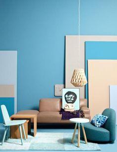 """Die Kombination von Blautönen und Beige erinnert an Meer und Strand - und wirkt dadurch sofort beruhigend. Für den Einsatz von Blau im Wohnzimmer empfehlen wir helle Aquatöne, sie vermitteln diesen sommerlich leichten Touch.  Die Wandfarbe entspricht beispielsweise der SCHÖNER WOHNEN-Farbe """"01.012.02"""": www.schoener-wohnen-farbe.com"""