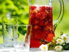 Juhannuksen parhaat kesäjuomat - Kotiliesi.fi Eat To Live, People Eating, Summer Drinks, Healthy Smoothies, Deli, Katana, Sangria, Alcoholic Drinks, Food And Drink