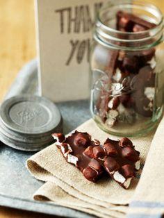 素材にこだわってローチョコレートで。材料を混ぜて固めるだけで作ることができます。パキッと割った断面も可愛いですね。