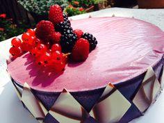 Torta ai Frutti di Bosco con mousse allo Yogurt, gelatina al lampone e biscotto al cioccolato