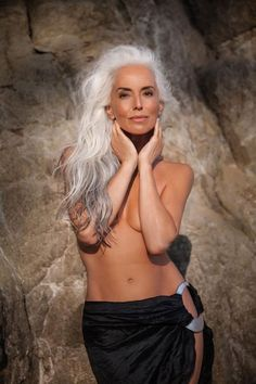 Model Stuns the World, Shares Her Secrets to Graceful Aging - Healthy BOX Yasmina Rossi, Silver Grey Hair, Long Gray Hair, White Hair, Silver Ring, Beautiful Old Woman, Ageless Beauty, Going Gray, Old Models