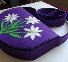 mor papatyalı çanta Felt Crafts Diy, Felt Diy, Diy Fashion Hacks, Sew Wallet, Purple Daisy, Felt Purse, Quilted Bag, Girls Bags, Handmade Bags