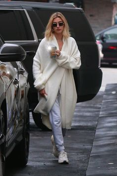 We scoured the internet and found all of the cute chunky sneakers you can grab for cheap and in every design and color imaginable. These are the best chunky sneakers for copying your favorite celebrity's style trends without breaking the bank. Estilo Hailey Baldwin, Hailey Baldwin Style, Celebrity Outfits, Celebrity Style, Sneakers Outfit Casual, Dad Sneakers, Chunky Sneakers, White Sneakers, Winter Outfits