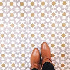 Clin d'œil 70's #ihavethisthingwithfloors #carreauxdeciment #deco #boots #sezane