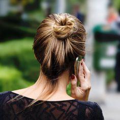 Nós continuamos nas ruas clicando cabelos simples e lindos. O coque é um dos penteados mais vistos, afinal não precisa de mais nada além do próprio cabelo, né? A girl da foto tem um estilo mais despojado e preferiu deixar o coque bem solto. Adoramos, e vocês?