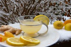 Having ginger water is very beneficial to your health. However, what are its benefits? Find out the ginger water benfits and side effects here. Home Remedies For Gout, Natural Health Remedies, Natural Cures, Remedies For Nausea, Natural Diuretic, Herbal Remedies, Ginger Juice, Ginger Tea, Ginger Detox