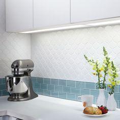 kolorowa mozaika jasna kuchnia podwieszane szafki kafle na scianie