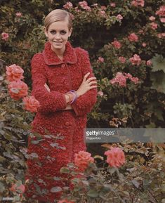 Sixties Fashion - English model Twiggy wears a red knee length woollen coat in a rose garden circa Vintage Dresses, Vintage Outfits, Vintage Fashion, Twiggy Hair, Sixties Fashion, Style Icons, Editorial Fashion, Supermodels, Muse