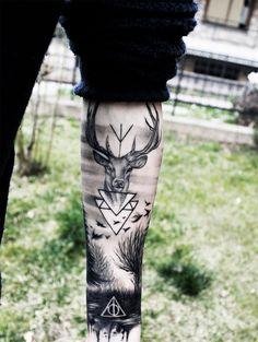 Finally my tattoo's photos Scrivo di seguito il significato che gli ho attribuito, partendo dal polso fino a salire. Il simbolo dei doni della morte riguarda di fatto la saga che mi ha accompagnato in...