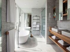 banheiro em tons de cinza e detalhes em madeira