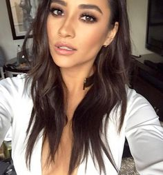 Shay Mitchell's Perfect Beachy Waves & Smokey Eye — Exact How To Isn't she lovely? Shay Mitchell joined the rest of the 'Pretty Little Liars' cast to promote their upcoming season, and she looked gorgeous! Find out exactly how she got her beach… Cute Makeup, Beauty Makeup, Hair Makeup, Hair Beauty, Makeup Tips, Makeup Style, Makeup Tutorials, Makeup Monolid, Makeup Meme