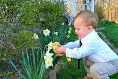 Ce petit bonhomme qui aide son poussin à sentir des fleurs.