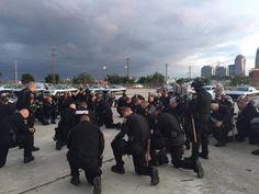 Una escena que ha llamado la atención en los medios sociales: son los policías que decidieron arrodillarse para orar por la paz en la ciudad justo antes...