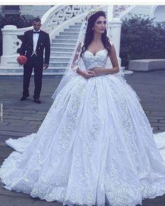 Foto linda dessa noivinha! ❤️ Amei os detalhes do vestido!
