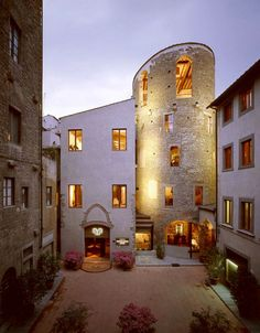 "Today's #travelbackthursday featured property, @brunelleschifi, is housed in Florence's tower of Pagliazza - a reconstructed 6th Century Byzantine tower that was originally part of the city walls. In the 12th Century it was also used as a women's prison, hence the name ""Pagliazza"" which stems from the beds of straw for the prisoners. These days, all @fivestaralliance guests receive a complimentary bottle of Prosecco, $50 food and beverage credit, welcome amenity, and VIP status. #tbt"