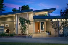 Mid Century Modern house, great colors and roof line Mid Century Style, Mid Century House, Mid Century Modern Design, Modern House Design, Mid Century Ranch, Mcm House, Facade House, Palm Springs, Mid Century Exterior