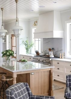 Kitchen Remodel Ideas The all-white kitchen is giving way to one with a blend of tones and textures in Introducing some light wood-toned cabinetry into an otherwise white kitchen design is one way to make it look fresh. All White Kitchen, Diy Kitchen, Kitchen And Bath, Kitchen Decor, Awesome Kitchen, Kitchen Ideas, Kitchen Layout, Rustic Kitchen, Kitchen On One Wall