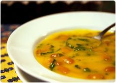 Sopa de cenoura com feijão e espinafres
