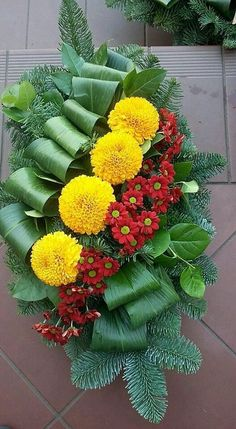 Picking The Perfect Wedding Flowers Arrangements Funéraires, Funeral Flower Arrangements, Church Flowers, Funeral Flowers, Deco Floral, Arte Floral, Grave Decorations, Flower Decorations, Flower Arrangement Designs