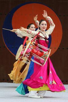 drummers in hanbok