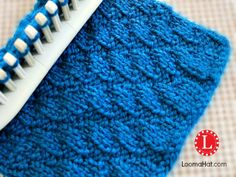 Diagonal Stitch made on any loom. Knit and Purl combination with a beautiful effect. FREE pattern for Left or Right and an easy step by step video tutorial. Round Loom Knitting, Loom Knitting Stitches, Knifty Knitter, Loom Knitting Projects, Knitting Videos, Arm Knitting, Loom Knitting For Beginners, Knitting Tutorials, Tricot Simple