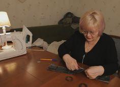 A kézműves nő a függönyzsinórhoz hozzávarrt egy darab anyagot… Én is ilyen kiegészítőre vágytam!