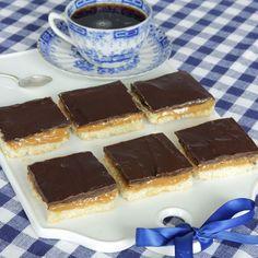 Jätteläckra godiskakor med en frasig kakbotten, en krämig kolafyllning och ett ljuvligt täcke av choklad.