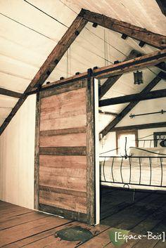 Magnifique porte pour la chambre à coucher. Porte de grange coulissante en bois. Sliding barn door rustic design.