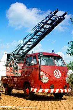 Fire Truck Volkswagen -This is awesome! Fire in the hole boys! Volkswagen Transporter, Transporteur Volkswagen, Vw T1 Camper, Vw Caravan, Cool Trucks, Big Trucks, Bugatti, Vw Modelle, Combi Wv