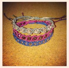 Micromacre bracelets with glass beads Friendship Bracelets Designs, Bracelet Designs, Macrame, Knots, Glass Beads, Patterns, Jewelry, Ideas, Braided Bracelets