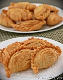 Deep-fried flaky pastry filled with spicy and tangy sardines, potatoes and onions I have been craving for curry puffs the past . Asian Snacks, Asian Desserts, Filipino Desserts, Filipino Food, Empanadas, Samosas, Turkish Recipes, Indian Food Recipes, Curry Puff Recipe