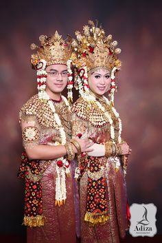 South Sumatra's wedding couple with traditonal outfit Aesan Gede & Aesan Pasangko.