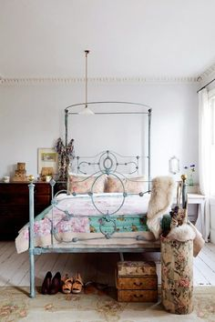 Charming bedroom, antique iron bed, lots of light in a Charming house in London | DigsDigs