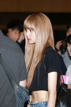 Lisa abs is popping out 😍🔥 Jennie Blackpink, Blackpink Lisa, Pelo Multicolor, Lisa Black Pink, Lisa Blackpink Wallpaper, Kim Jisoo, Blackpink Photos, Blackpink Fashion, Airport Style