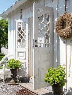 These are the original 18th century doors on this Swedish cottage (built 1720) (via Västra Trädgårdsgatan 13, Nyköping - Svensk Fastighetsförmedling) OMG LOVE
