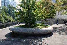 Five freely positioned amorphous concrete elements