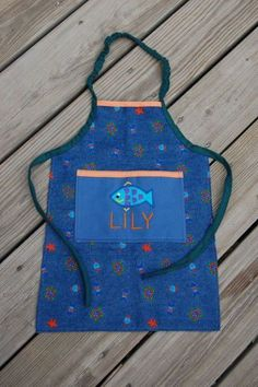 Sewing For Kids ikat bag: How To Sew An Elasticized Apron (for Kids) Sewing Projects For Kids, Sewing For Kids, Baby Sewing, Sewing Crafts, Apron Tutorial, Childrens Aprons, Diy Accessoires, Fabric Purses, Sewing Aprons