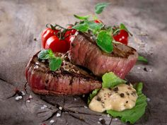 It's possible to broil steak in the oven. However, if you're just cooking one steak, it can be easier to cook your steak in a smaller-sized toaster oven. Steak In Oven, Bbq Steak, How To Grill Steak, Toaster Oven Cooking, Toaster Oven Recipes, Toaster Ovens, Microwave Convection, Convection Cooking, Steak Au Four