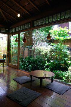 In a small area of atrium can also grow a beautiful Japanese Garden. /Aj v malom priestore átria môže vyrásť krásna japonská záhrada./: