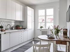Mariagatan I Stadshem Small Space Design, Small Space Living, Small Spaces, Dining Nook, Kitchen Dining, Dancing In The Kitchen, Kitchen Utilities, Kitchen Corner, Scandinavian Interior Design