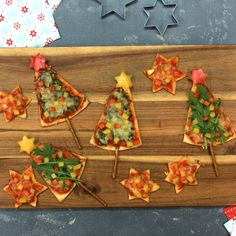 Pizza Christmas trees with rocket, spinach and paprika - Food decoration - Fingerfood Christmas Pizza, Christmas Tree Food, Christmas Snacks, Fruit Recipes, Pizza Recipes, Pizza Food Truck, Chocolate Tree, Gourmet Dinner Recipes, Food Carving